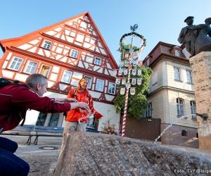 Bad-Windsheim-Kornmarkt-mit-Handwerkerbaum