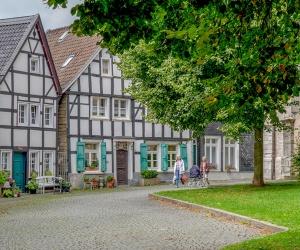 Kirchplatz-Wlfrath_(Kreis-Mettmann-_-Chardin)