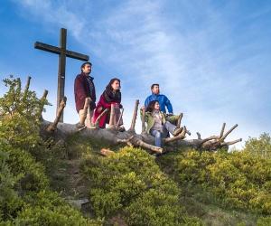 Wandergruppe-am-Gipfelkreuz