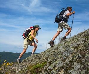 Zwei-Wanderer-am-Bildsteinfelsen-Foto-Schluchtensteig-Schwarzwald